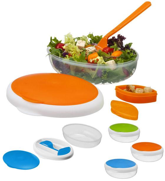Fiambrera con tenedor plegable y tarrito para condimentos en el compartimento de la tapa. Volumen 400 ml. La base es apta para microondas. Plástico PP.