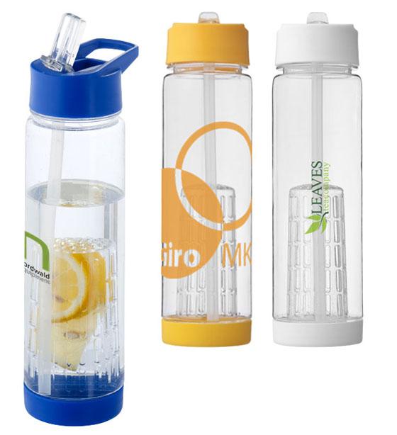 """Botella con infusor """"Tutti Frutti"""". Una botella de pared sencilla con tapa de rosca. Incluye un infusor de rosca para fruta, para añadir sabor a tu bebida favorita. La base de rosca se desmonta para acceder al infusor y facilitar la limpieza. Capacidad en volumen 740 ml. Tritán sin BPA."""