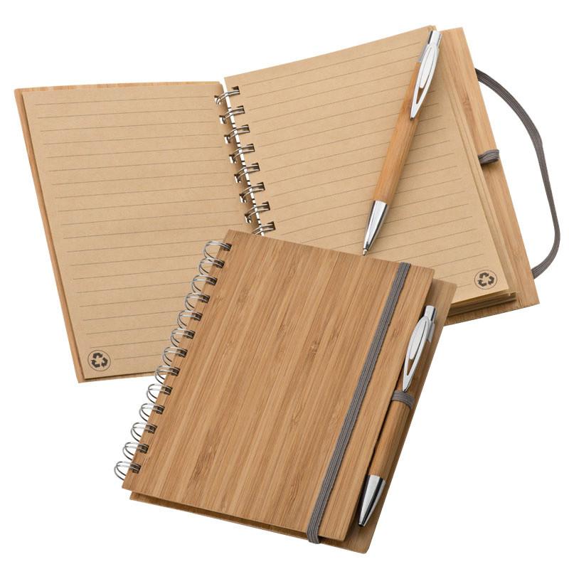 Práctico cuaderno con goma de cierre y bolígrafo realizados en bambú.